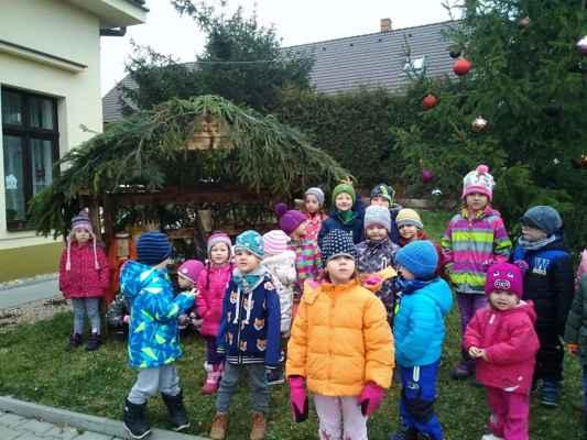 MŠ Mžany - 2019/12 - Vánoční strom s betlémem před MŠ