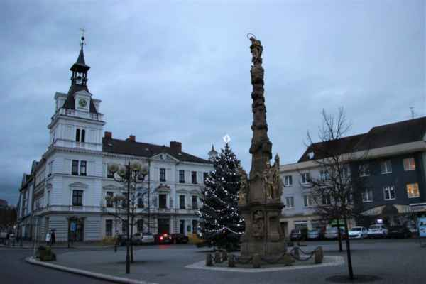 V popředí Mariánský sloup, je 24.metrů vysoký a pochází z roku 1760, s opravami v roce 1829 a 1905.