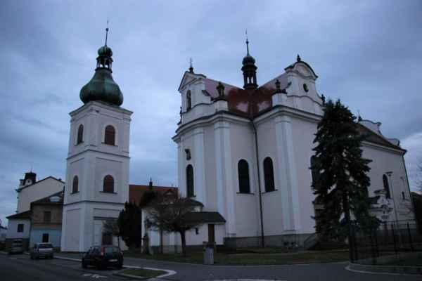 Pohled na barokní zvonici a kostel svatého Františka.