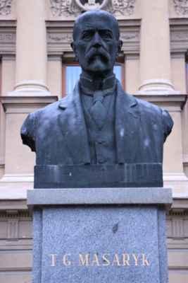 Busta T.G. Masaryka před budovou staré školy