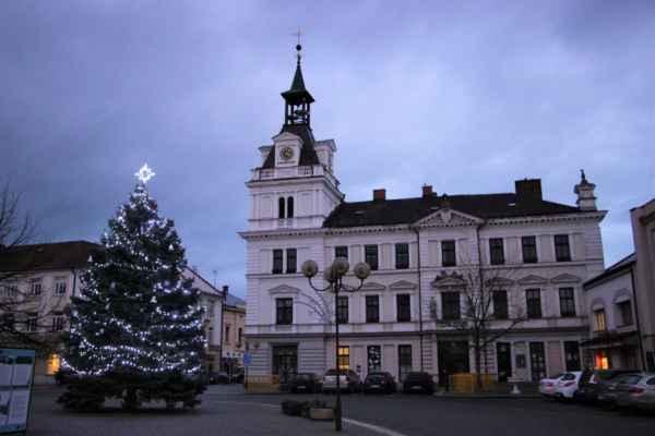 Pohled na budovu historické radnice, která svou novorenesanční podobu získala přestavbou v roce 1880. Dnes zde sídlí Městský úřad