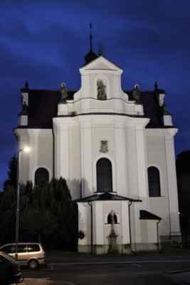 Kostel sv. Františka byl vystavěn v letech 1729 - 1833, za vydatné pomoci hraběte Kinského. Tvoří jej jednolodní budova s výraznou příčnou lodí, doplněné kupolí.