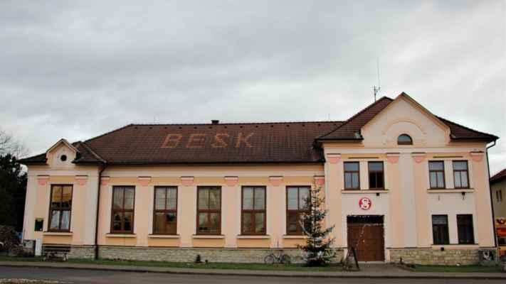 Pohled na budovu Sokolovny v obci Sruby, kde probíhal toho večera koncert vokálního souboru Marika Singers.