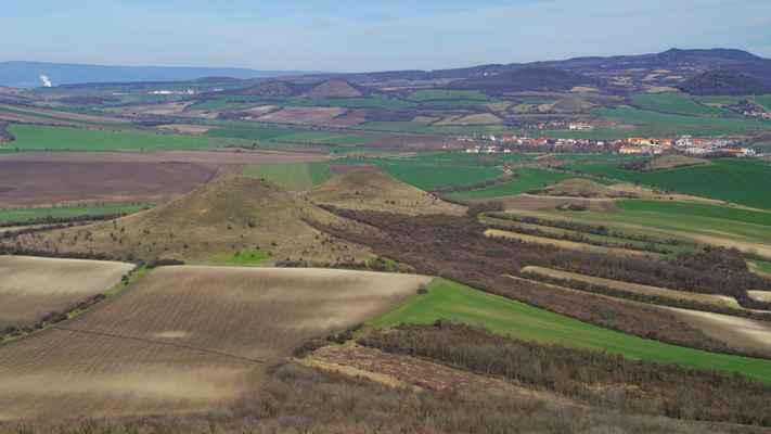 pohled z brníku - vpředu jsou křížové vršky, uprostřed je malý vrch, za ním vpravo jsou oba vrcholy šibeníku a úplně vpravo je mlýnský vrch u libčevsi...