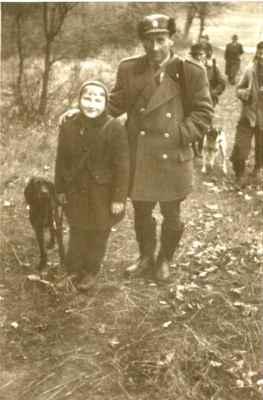 Náš otec v nás vedl k lásce k myslivosti a loveckým psům odmalička. Já na honě s českým fouskem Borem.