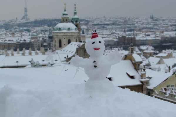 12.2.2021 kominíček na jedné z Pražských střech - z Hradčan i se sv. Mikulášem - poslal Jiří T.