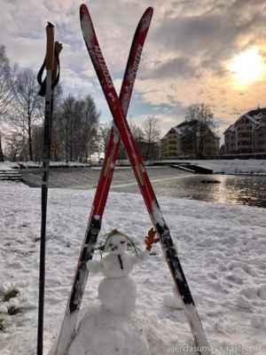12.1.2021 malá lyžařka v Českých Budějovicích - poslal Jenda - čeká, až doroste do lyží, co dostala nejspíš k Ježíšku