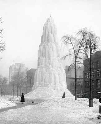 jedna historická ze zámoří - ledová fontána v americkém městě Detroit - není to sice sněhulák, ale určitě se bude líbit