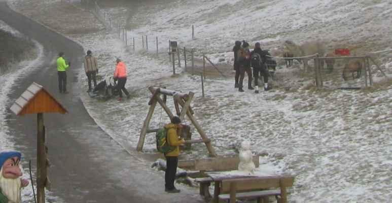 20.12.2020 - v Obřáku se drží sněhulák už týden, a dělá radost četným kolemjdoucím