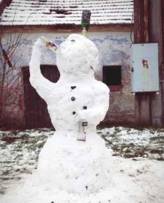 i mezi sněhuláky se najde notorda - když ho to baví, chudáka