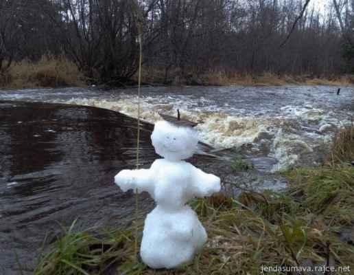 24.12.2020 - u Řasnice - dnes hladina po vydatných deštích kulminuje, přes den se výrazně ochlazuje. Zítra bude určitě úplně jiná podívaná....