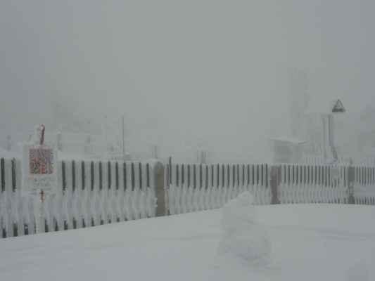 17.4.2021 - na Lysé hoře - sněhulák odhaduje výšku plotu.....