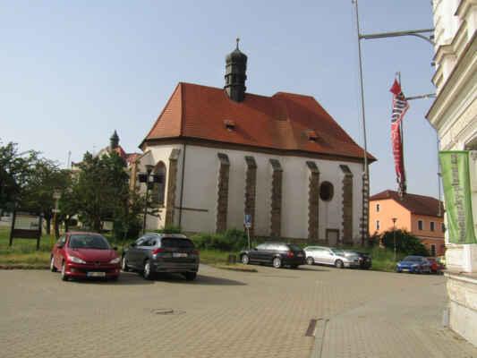 Kostel sv.Jana Křtitele - Původně románský kostel založený pravděpodobně knížetem Jaromírem na poč. 11. století. Ve 14. století byl přestavěn do gotické podoby. Jeho původní podoba není známa, zachován byl jen presbytář (kněžiště). Stěny jsou proraženy hrotovitými okny bez kružeb, Vítězný oblouk je zachován je zčásti. Klenba byla 16. století nahrazena dřevěným stropem. V kostele je umístěn náhrobek rodu Kokořovců z roku 1591.