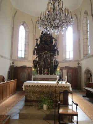 Hlavní oltář je rokokový a byl instalován v roce 1810. Pochází pravděpodobně z některého zrušeného kostela. - Na hlavním oltáři je znázorněn sv. Jan Nepomuckým nad ním je poprsí Boha-otce. Na stěně visí obraz Křest páně, který býval původně na hlavním oltáři. Po straně umístěný barokní oltář čtrnácti svatých pomocníků byl přenesen ze zrušeného kostela sv. Blažeje.
