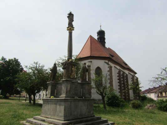 Morový sloup - V roce 1721 byl na náměstí (na místě dřívějšího hřbitova) postaven morový mariánský sloup, protože v tomto roce město minula morová nákaza. Na sloupu je umístěn vyobrazen města a na podstavci jsou umístěny sochy sv. Josefa, sv. Ludmily, sv. Václava a sv. Barbory.