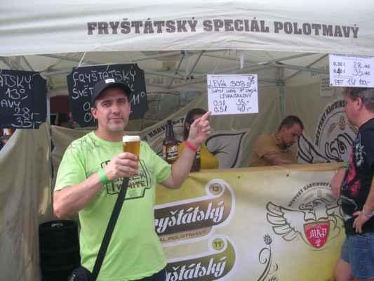 Pivko čepuje pan Patrik Oravecz - pomocník sládka z Městského Karvinského Pivovaru.