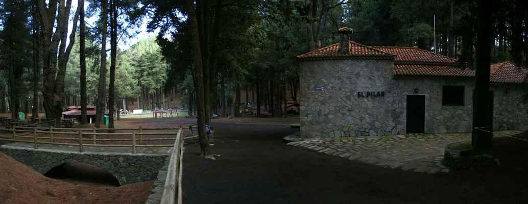...druhá z hřebenových chat, Refugio El Pilar (1490 m.n.m), je už poměrně nízko, dostupná autem...