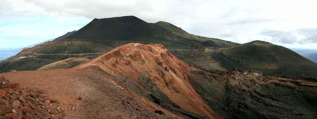 ...přes poslední dva vulkány, Volcán San Antonio (641 m.n.m.) a Volcán Tenegía (438 m.n.m.)...