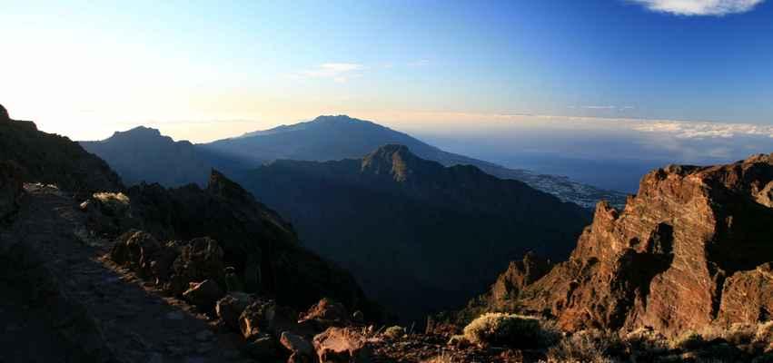 ...pohled k jihu, uprostřed Pico Bejenado (1854 m.n.m.), uprostřed vzadu Cumbre Vieja...