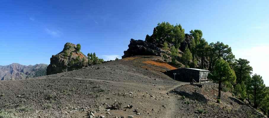 ...jedna ze dvou chat na hřebeni, Refugio de La Punta de Los Roques (2040 m.n.m.)...
