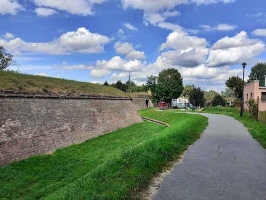jdem kolem hradeb