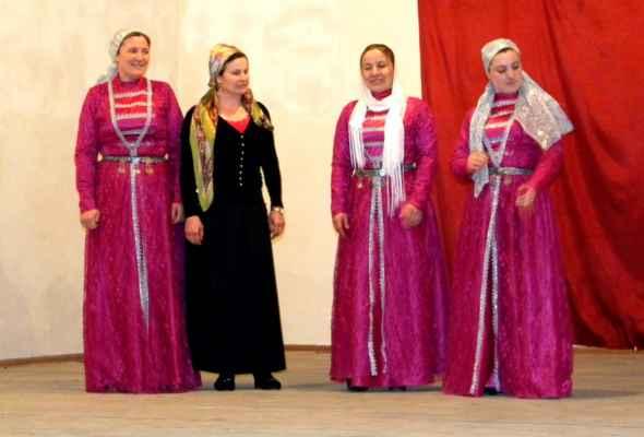 paní v černém měla smutek, proto se nemohlo zpívat v místě, kde bydlela - Pozvánka na vystoupení místního folklorního souboru CHALADZANI (čečenské a gruzínské lidové písně a tance). VPankinské úžině žije čečenské etnikum Kisti. Původně žili hlavně vdolní Čečně, vprůběhu 16.-19. Století se přestěhovali do východní Gruzie. Voblasti jich žilo cca 5000 osob, počet se ale rapidně navýšil vposlední době vdobě války vČečensku. Hlásí se ksunitské větvi islámu. Vminulosti někteří přešli ke katanství, nyní ale zpátky konvertují kislámu