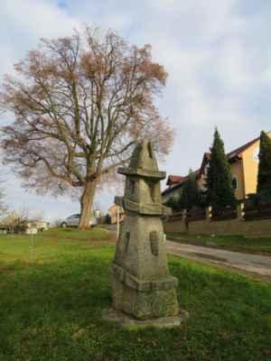 památná lípa a socha místního umělce tentokráte v zářivém slunci
