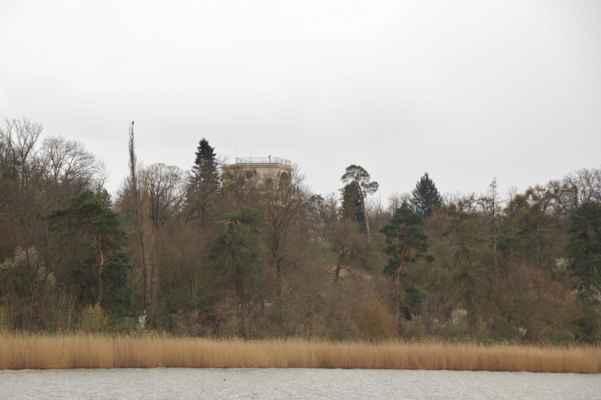 Nad vodami týčí se hrad - Salet Apollonův chrám nad Mlýnským rybníkem (Apollo)