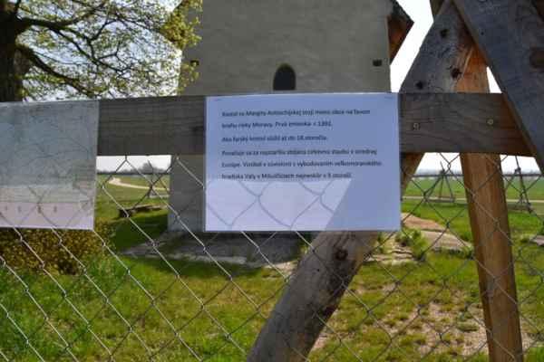 Okrem fotografii sú tu aj popisky o kutúrných pamiatkách obci Kopčany.