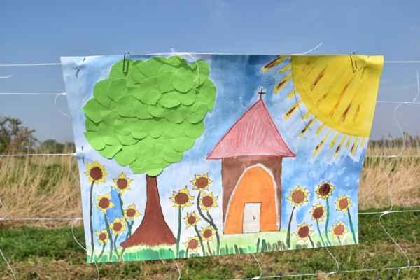 Tento je prekrásny, nie len maľovaný,ale aj lepený a je tu jak Lipa tak Kaplička a aj slnečnice.