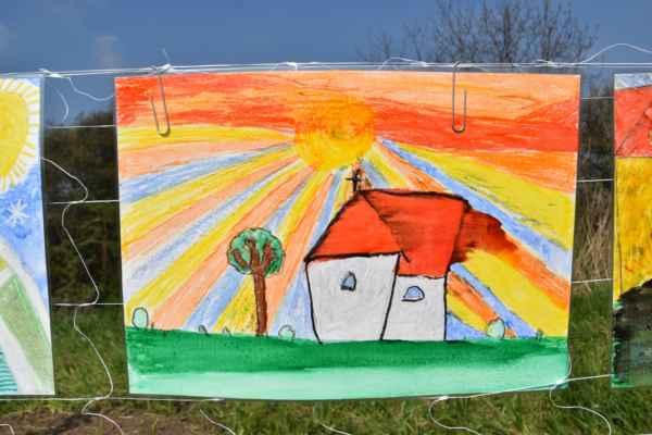 Niektoré obrázky som si pozrel aj z druhej strany a tak toto nakrelsil Oliver Duchyňa žiak 5.tr.ZŠ Kopčany a podarilo sa mu namaľovať ja kapličku, tak lipu a slniečko.