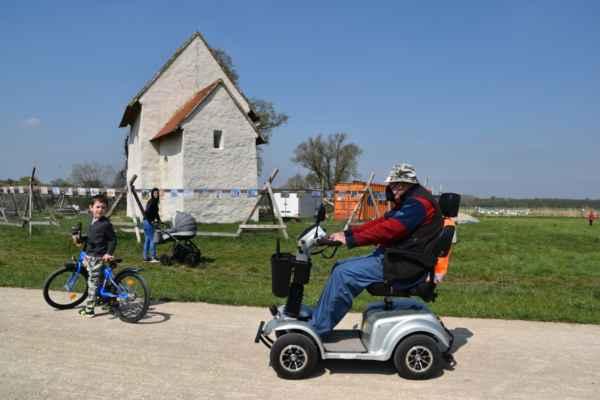 Tento pán prišiel na invalidnom modernom vozíčku.