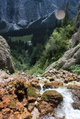 Pohled od vodopádu dolů.