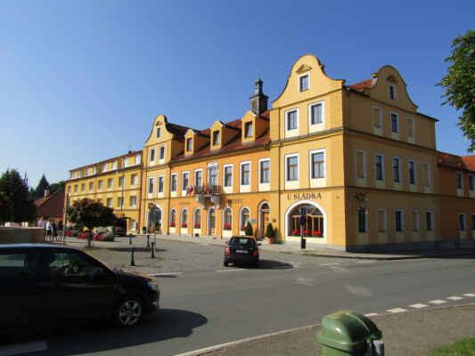 hotel U Sládka - Wellness hotel U Sládka se nachází uprostřed malebného městečka Chodová Planá v samém srdci Chodska. Celá tato oblast ležící na úpatí Českého lesa je charakteristická svým klidným prostředím a nedotčenou přírodou. Hotel je umístěn v areálu rodinného pivovaru Chodovar. V jeho budově se v roce 1787 narodil známý filozof, kazatel a homeopat Johann Emanuel Veith. Jsou zde také pivní lázně, jedny z prvních v Česku
